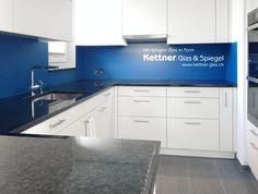 Küche mit satinierter Diamant-Glas-Küchenrückwand in Einscheibensicherheitglas und blauer Lackierung auf der Glasrückseite.