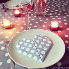 Vous cherchez une chouette idée déco rapide à faire pour la Saint-Valentin ? Voici le tuto qu'il vous faut ! Le pliage de serviette en forme de cœur !