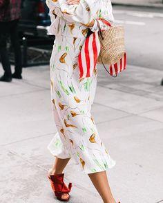 No busques más: todos los trucos de estilismo que funcionan esta temporada están en el #StreetStyle de #NYFW. (Fotografía: @collagevintage2)  via VOGUE SPAIN MAGAZINE OFFICIAL INSTAGRAM - Fashion Campaigns  Haute Couture  Advertising  Editorial Photography  Magazine Cover Designs  Supermodels  Runway Models