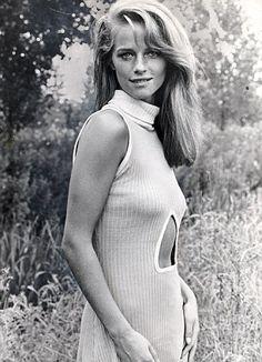 Charlotte Rampling Y por último, otra de las mujeres liberales y rebeldes de los años 70 fue la británica Charlotte Rampling. Musa de Yves Saint Laurent, lucía como nadie los trajes de corte masculino, los pantalones palazzo y los vestidos boho de finas gasas y llamativos estampados florales, prendas de tedencia.