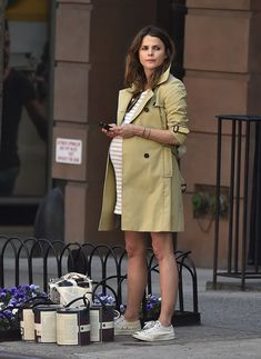 Pregnant Keri Russell Oozes City-Girl Cool During a Casual NYC Outing – Schwanger Kleidung First Month Of Pregnancy, Pregnancy Looks, Pregnancy Outfits, Keri Russell, Pregnant Celebrities, Baggy Clothes, Nyc, Olivia Wilde, Maternity Fashion