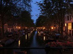 Una caratteristica di Amsterdam che mi ha sorpresa, in quanto lontana dalla mia cultura, è come la sera si illumini della luce che arriva dalle abitazioni; si perché quasi non esistono le tende ed è possibile osservare la vita della gente dentro casa propria! Questa cosa mi ha stupita positivamente perchè mi ha trasmesso un senso di apertura verso l'esterno, di fiducia, come se la gente avesse nulla da nascondere.