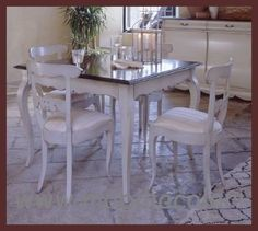 Sala da pranzo con tavolo provenzale quadrato allungabile, bicolore, patinato #tavoloprovenzale