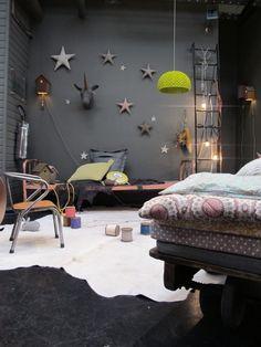 Industrie trend innendesign schwarze wand sterne deko