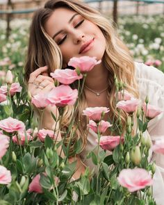 Elegant and Timeless: Photo Artsy Fotos, Artsy Bilder, Girls With Flowers, Love Flowers, Beautiful Flowers, Flower Girls, Spring Flowers, Instagram Life, Instagram Posts