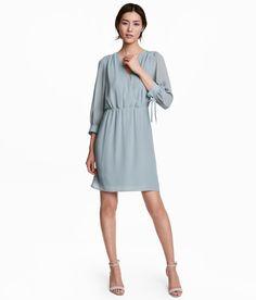 Hemen gözat! Dokuma kumaştan, önü anvelop kesimli ve kaplı düğmeli, omuzları dekoratif büzgülü kısa elbise. 3/4 boy kollu, bağcıklı ince manşetli, beli lastikli dikişli. Astarlı. – Daha fazlası için hm.com'u ziyaret edin.