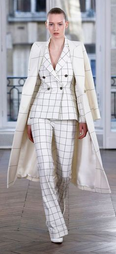 The complete Ralph & Russo Fall 2018 Ready-to-Wear fashion show now on Vogue Runway. Work Fashion, Fashion Details, High Fashion, Winter Fashion, Womens Fashion, Fashion Design, Business Attire, Business Fashion, Classy Outfits