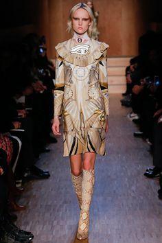 ジバンシィエジプト文明をサイケデリックに表現パリ 15