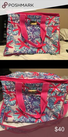Lilly Pulitzer Insulated She She Shells Cooler Bag Cute Lilly Pulitzer Insulated Cooler bag great for beach days, pool days, Road trips etc. Has a shoulder strap for easy carrying. Good condition, small amount of wear on inside Lilly Pulitzer Bags Travel Bags