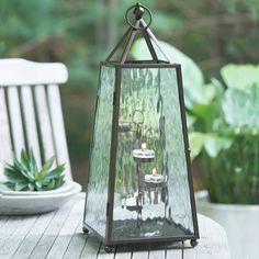P92084 Obeliski-lyhty  Jalallinen metallikehys, kuvioidut lasipaneelit, ovessa magneetti. Mukana metalliteline neljälle Tuikkivalle. Korkeus 47 cm.   Sopii pilarikynttilälle, Escential Kynttiläpurkille, GloLite Kynttiläpurkille ja tuikkiville