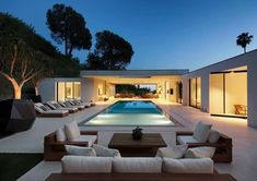 Fabulous modern home in Beverly Hills boasting indoor-outdoor living - - This fabulous modern home was designed by XTEN Architecture, located in the Trousdale Estates, a neighborhood of Beverly Hills, California. Pool House Interiors, Best Modern House Design, Modern Design, Modern Pools, Luxury Homes Dream Houses, Fancy Houses, Modern Mansion, Modern Backyard, Backyard Landscaping