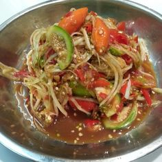 Laotian style papaya salad (Tum Mak Huong), the brown sauce consist of padaek (Laotian fish sauce, shrimp paste and black crab paste. Papaya Salad Laos, Papaya Salat, Asian Recipes, Healthy Recipes, Asian Foods, Eat Thai, Malay Food, Cambodian Food, Laos Food