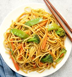 Instant Pot Lo Mein Recipes Easy Chinese Lo Mein made in the Instant Pot. Ready in less than 30 minutes! Veggie Lo Mein, Easy Pressure Cooker Recipes, Slow Cooker, Pressure Cooking, Chips, Instant Pot Dinner Recipes, Instant Recipes, Recipes Dinner, Cooking Together