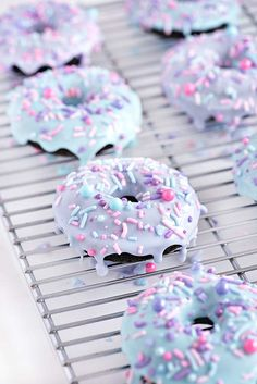 unicorn funfetti donuts Making birthdays better with and Chocolate Birthday Cake Doughnuts! Delicious Donuts, Delicious Chocolate, Delicious Desserts, Unicorn Birthday Parties, Birthday Cupcakes, Birthday Kids, Chocolate Birthday Cakes, Baked Donuts, Doughnuts
