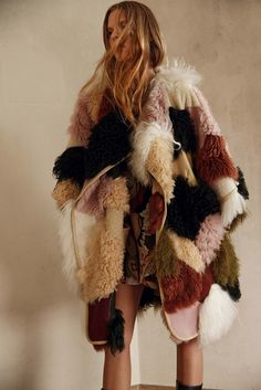 Fur coats and knee high boots are essentials for Chloe Pre-fall 2015 collection. We can relive the bohemian look with that classicly effortless Chloé-esque je ne sais quoi. Neutral colors are also incorporated into the revival of this trend. Fashion Week, Look Fashion, High Fashion, Fashion Show, Autumn Fashion, Fashion Design, Fashion Trends, Fashion 2015, Fashion Coat