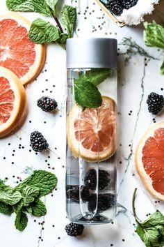 recette à trois ingrédients pour une eau vitaminée à la pamplemousse et à la myrtille