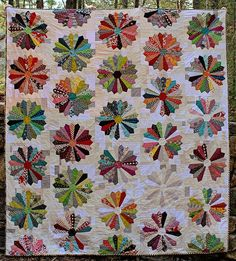 DS dresden quilt from Greenleaf Goods. I adore this! Dresden Plate Patterns, Dresden Plate Quilts, Quilt Patterns, Quilting Ideas, Circle Quilts, Quilt Blocks, Plate Design, English Paper Piecing, Custom Quilts