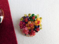 Compoziția florală este confecționată din bănuți de jad, agat, rodocrozit, carneol, sodalit, mărgele de granat și perele de cultură, sârmă modelatoare aurită Agate, Brooch, Album, Floral, Model, Jewelry, Fashion, Jewerly, Moda