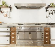 The Château 120 offers the exclusive advantages of the La Cornue vaulted oven, one gas, and the other electric.The hob is made of stainless steel parts.