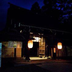 #彦根 からおはようございます(^O^)/ ようやく寝違えが完治したので走りたいけど外はどしゃ降り。スクワットだな〜。 写真は多賀大社。冬の朝ランは真っ暗です。 ということで、 今日も張り切っていきましょう(^O^)/ #多賀大社 #神社 #朝ラン #おはよう