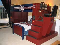 What little hockey player wouldn't want this bedroom with their own team's logo ? Very clever !