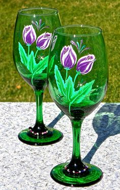 Painted Wine Glasses With Purple Tulips And Wine por ipaintitpretty