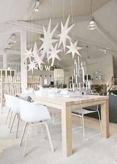 Déco blanche et minimaliste pour une table de Noël scandinave