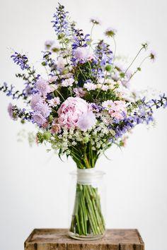 Brautstrauss lila mit Scabiose | Hochzeitsblumen- Hannover / Sonja Klein www.blumig-heiraten.de/ Foto: Nils Breiner/ Von Friedatheres.com
