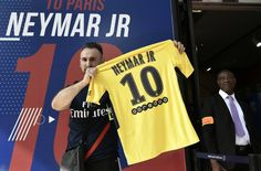 Au lendemain de l'officialisation du transfert de Neymar au PSG, la star brésilienne est attendue ce vendredi à Paris. Au programme, sa présentation au Parc des Princes à 13h30 puis direction le Camp des Loges pour saluer ses nouveaux coéquipiers. Suivez en direct toutes les infos, les commentaires et les indiscrétions sur le « Neymar Day ».