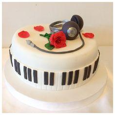 Torta para los quince de Connie. Rosa y auriculares en porcelana fría. Piano cake.