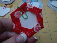 Veja como fazer um agulheiro de hexágonos muito lindo e super útil! Você vai amar esse artesanato com tecido que vai servir de organizados de agulhas.