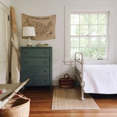 Peaceful and neutral kids room! Home Bedroom, Bedroom Decor, Kids Bedroom, Farmhouse Style Bedrooms, Wrought Iron Beds, Style At Home, Interiores Design, Boy Room, Home Fashion