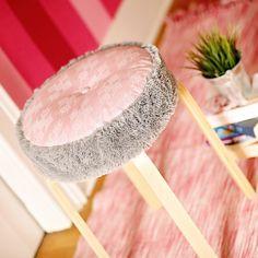 Liebling vom großen Schweden sucht Sitzkissen: Für deinen FROSTA Hocker kannst du mit unserem kostenlosen Schnittmuster ein tolles Sitzkissen nähen!