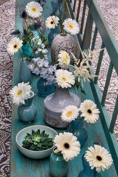 White gerberas on a blue bank #pinkegerberas #whitegerberas #inspiration #colouredbygerbera #dutchgerbera