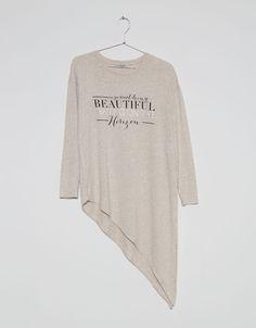 T-shirt asymétrique texte imprimé. Découvrez cet article et beaucoup plus sur Bershka, nouveaux produits chaque semaine.