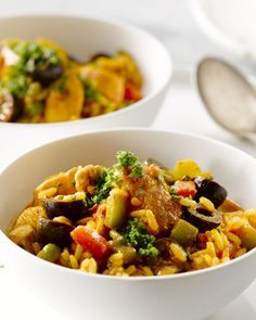 Arroz con pollo is een Spaans eenpansgerecht met kip en rijst. Het doet wat denken aan paella, maar is sneller klaar.