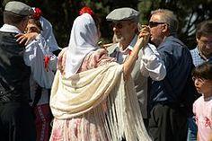 El Chotis... llegó a Madrid en 1850 y se bailó por primera vez, en el Palacio Real, la noche del 3 de noviembre de aquel año, bajo el nombre de Polca Alemana. A partir de ese momento, alcanzó gran popularidad y llegó a ser el baile más castizo del pueblo convirtiéndose en un símbolo del Madrid festivo. En Madrid, al son de un organillo se baila en pareja cara a cara, y durante el baile la mujer gira alrededor del hombre, que gira sobre su propio eje. | wiki