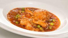 Receta de Bruno Oteiza de cazuela de sepia con albóndigas caseras de cerdo y ternera en salsa de tomate, guisantes y majado de ajos, avellana, perejil y pan frito.