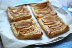 We hebben weer een heel lekker en simpel recept voor jullie: namelijk appeltaartjes van bladerdeeg.