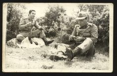 TOP.TB. Komutanı  (Kd.Bnb)  Şenol ile  KH. BL. KOMUTANI (YZB.) Ergun, Arazideki bir Tatbikat da; istirahat anı,