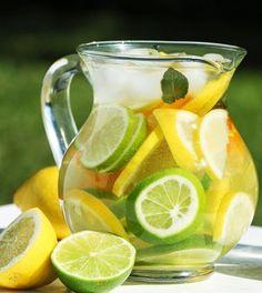 Agua aromatizada - 1 limao, 1/4 de laranja, 1 galhinho de hortela. agua gelada. Fatie o limao e a laranja, misture tudo e sirva gelado. - Pesquisa Google