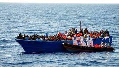 Vluchtelingen op de Middellandse Zee gered. #refugees #vluchtelingen #angry #awareness