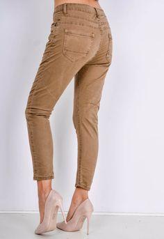 Elegantné dámske hnedé nohavice v 7/8 dĺžke s vysokým pásom a vreckami. Khaki Pants, Capri Pants, Street Style, Boutique, Outfit, Shopping, Fashion, Outfits, Moda