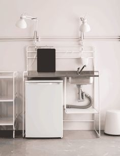 Want new kitchen ideas for kitchens on a budget? SUNNERSTA mini-kitchen in white is a compact kitchen unit and a great solution if you are looking for new kitchen units. It is airy, spacious and easy to put up and take down yourself.