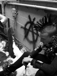 Male punk with a knife, mohawk, anarchy graffiti Punk Guys, 80s Punk, Mohawks, Punk Mohawk, Punk Rock Grunge, Anarcho Punk, Creepy, Punks Not Dead, Punk Rock Fashion