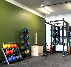 A home gym can be a great convenience. However, coming up with the perfect home gym design to suit personal preferences can be a challenge. The best home gym design increases the chance of achievin… Home Gym Garage, Basement Gym, Garage House, Dream Garage, Car Garage, Workout Room Home, Workout Rooms, House Workout, Crossfit Home Gym