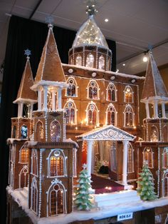 Beautiful Christmas Gingerbread House Ideas - Blush & Pine Creative - - There is a special skill that goes into making an amazing gingerbread house. Here I'm showing my favorite Christmas gingerbread house structures for Cool Gingerbread Houses, Gingerbread House Designs, Gingerbread Village, Christmas Gingerbread House, Christmas Houses, Gingerbread House Decorating Ideas, Gingerbread Cookies, Christmas Goodies, Christmas Desserts
