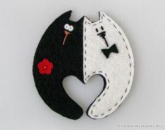 Felt cat with heart Fabric Crafts, Sewing Crafts, Felt Cat, Felt Brooch, Felt Patterns, Felt Applique, Cat Crafts, Felt Fabric, Felt Toys