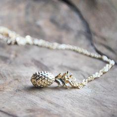 Hoe schattig is deze ketting? Leuk voor bij je zomerse (festival) outfit en makkelijk te combineren met andere sieraden. Ook verkrijgbaar in de armband variant! €3.98