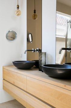 Kies eens voor in de badkamer gerookt glas Bathroom Inspiration, Bathroom Ideas, Decoration, Double Vanity, Toilet, Savannah, Living Room, Luxury, Interior